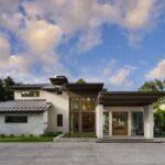 تصویر ورودی یک ویلا با آفتابگیر قهوه ای و سقف شیب دار