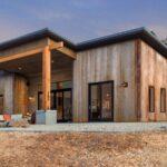 تصویری از آفتابگیر یک خانه با نمای چوبی