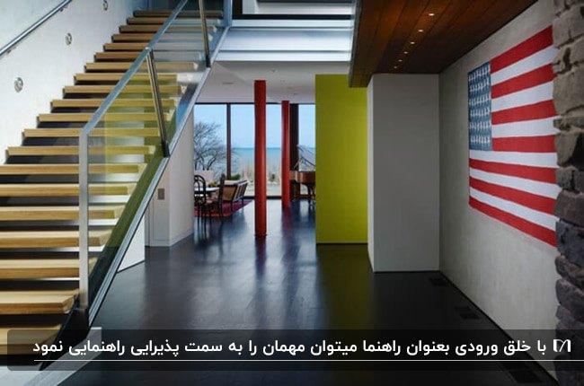 ورودی داخلی خانه ای با راه پله فلزی ، دیوار زرد و راه راه های آبی و قرمز روی دیوار
