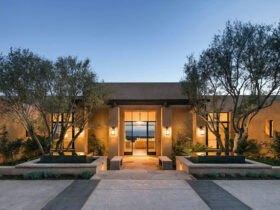 نمای ورودی خانه با نور زیاد و درختان بلند