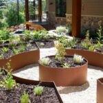 تصویر یک حیاط با باغچه های دایره ای شکل
