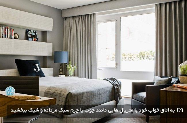تصویر اتاق خوابی با تخت ، میز و صندلی به رنگ کرم و قهوه ای