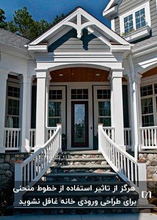 ورودی کلاسیک خانه ای با سقف و ستون های سفید و نرده های منحنی سفید