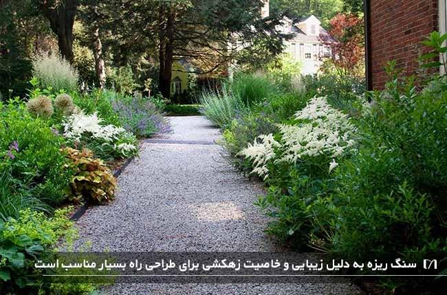 تصویری از مسیر عبور در یک حیاط با استفاده از سنگ ریزه برای کف