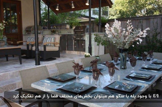 پاسیویی که با پله بخش های نشیمن و غذاخوری را جدا کرده است