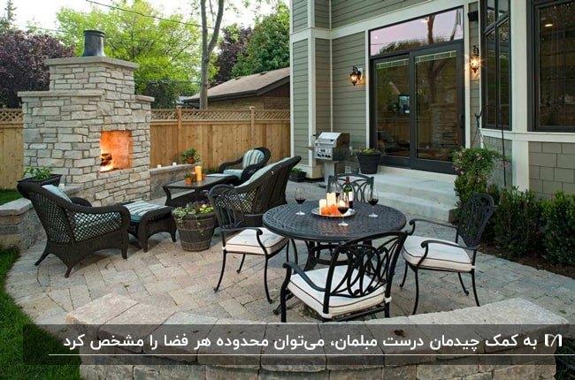 پاسیویی با میزغذاخوری گرد و صندلی های فلزی و مبلمان حصیری با پارچه آبی کمرنگ