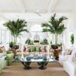 نشیمنی بر گرفته از طبیعت با چیدمان مبلمان طرح دار سفید و سبز و گل های طبیعی بزرگ