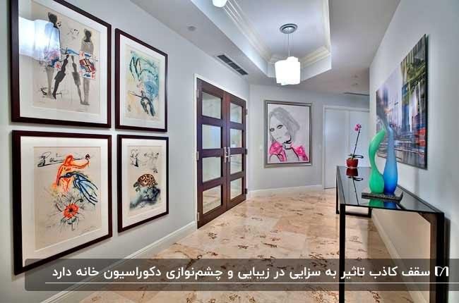 تصویر راهرویی با سقف کاذب و تابلوهای نقاشی نصب شده بر دیوار
