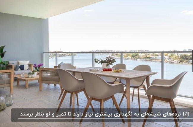 بالکنی با میزغذاخوری و صندلی به همراه نرده های شیشه ای