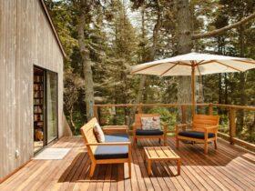 تصویر بالکنی مدرن با حفاظ ترکیبی شیشه و چوب
