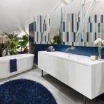 سرویس بهداشتی با تم رنگی آبی، کابینت روشویی سفید و آینه منحنی