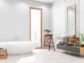 حمام مدرنی با پنجره بلند و وان و چهار پایه