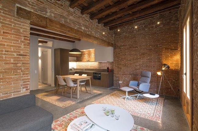 نشیمن خانه ای با دیوارهای آجری و سقف چوبی
