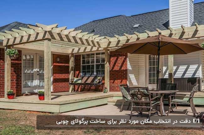 تصویری از یک پرگولای چوبی بزرگ برای خانه ای با نمای آجری قرمز