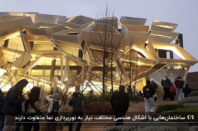 تصویر نمای هندسی و عجیب ساختمانی که نورپردازی شده است