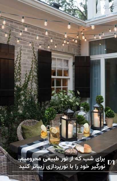 تصویر نورگیری با میر و صندلی های حصیری و چراغ های حصیری روی سقف