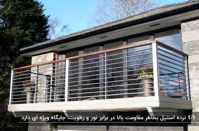 استفاده از نرده های استیل برای خانه ای با پنجره های بزرگ شیشه ای