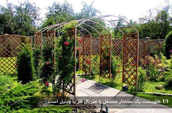 طاق بستی در فضای سبز با گل های روییده بر دیواره هایش