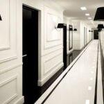 راهروی هتلی با ترکیب رنگ سفید و مشکی