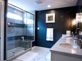 حمام با دیوارهای آبی اقیانوسی بزرگ