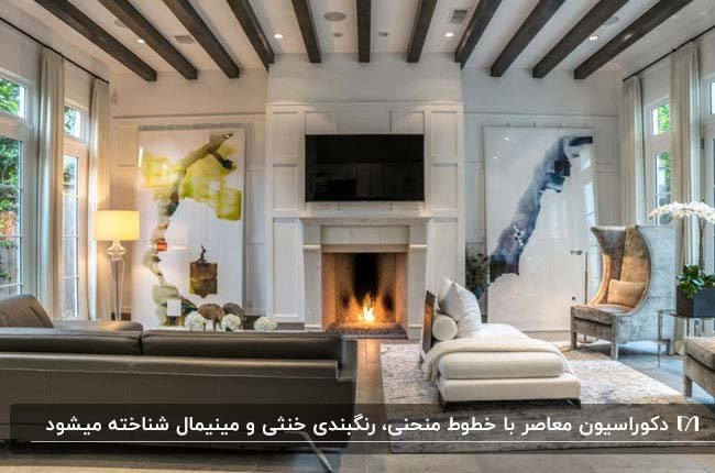 تصویر نشیمنی به سبک معاصر با تلویزیون بالای شومینه سفید و سقفی با تیرهای چوبی