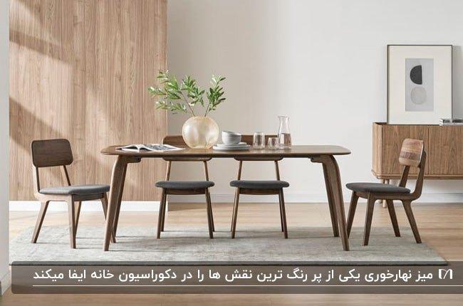 تصویری از یک اتاق نهارخوری خلوت با میز و صندلی های چوبی