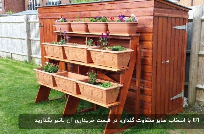 فلاورباکس سه طبقه پایه دار چوبی گوشه ای از حیاط