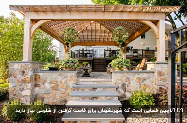آلاچیق سنگی با چهار پله در ورودی اش در حیاط خانه