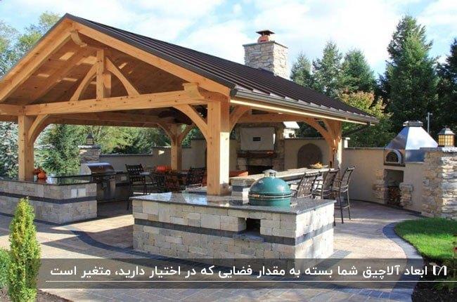 آلاچیقی بزرگ با چهارچوب چوبی در فضای یک حیاط بزرگ
