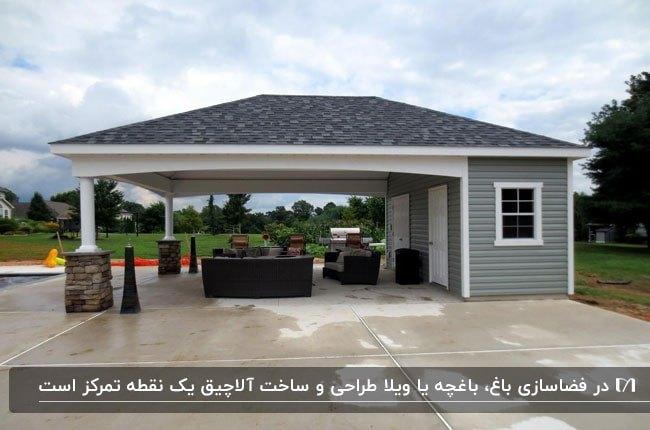 آلاچیقی با سقف شیروانی طوسی خاکستری با مبلمان حصیری