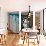 میز غذاخوری طوسی رنگی در سالنی با کفپوش چوبی