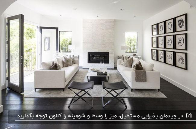 نشیمن مدرن و ساده مستطیل شکلی به رنگ کرم قهوه ای و قاب های روی دیوار