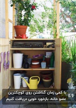 تصویر کمدی در بالکن برای نگهداری لوازم باغبانی
