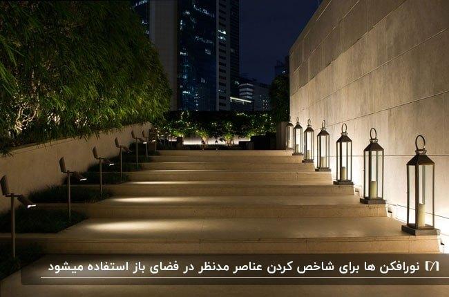 مسیر پله ای بام سبزی که با نورافکن ها نورپردازی شده است