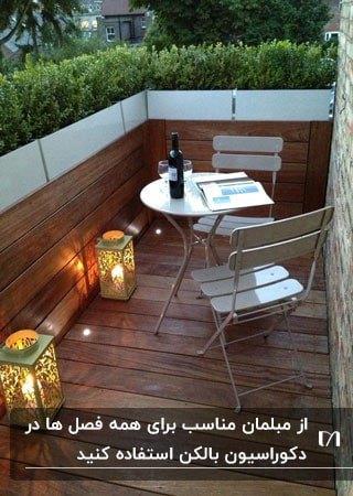میزو صندلی های فلزی تاشو در یک بالکن با کفپوش چوبی