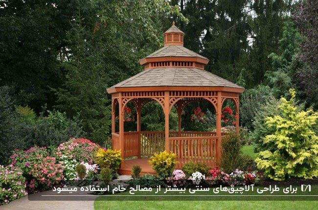 تصویر یک آلاچیق چوبی به سبک سنتی با سقف طبقه ای و گلهای رنگی اطرافش