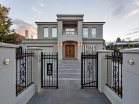 خانه ای با نمای سنگی و حیاط بزرگ به همراه نرده های مشکی طرح دار