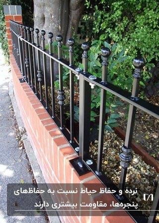 نرده های مشکی با سرنرده های گرد برای دیوار کوتاه حیاط