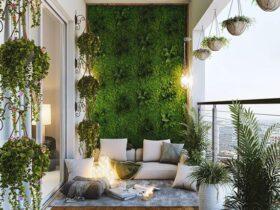 بالکن سبزی با بالشتک های سفید و گلدان هایی که از سقف آویزانند