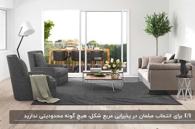 تصویر نشیمن مربعی با مبلمان طوسی خاکستری و درب شیشه ای