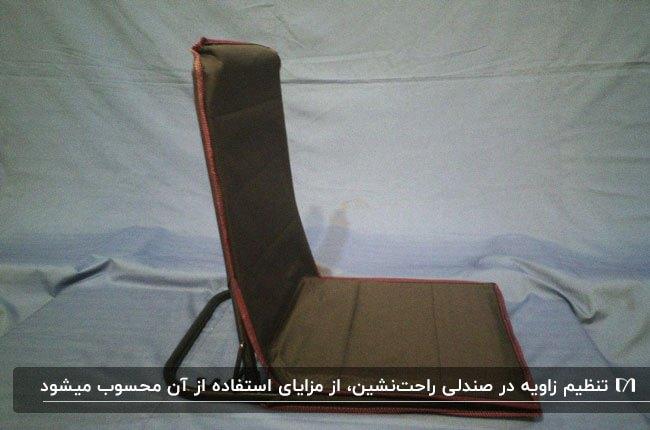 تصویری از یک صندلی تاشوی راحت نشین به رنگ قهوه ای
