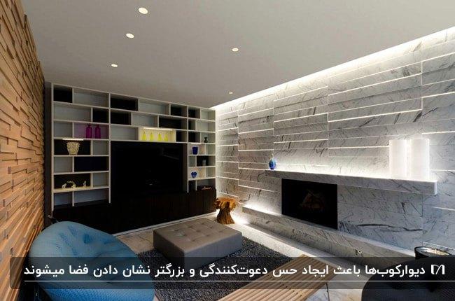 نشیمنی مدرن با دیوار پوش های سنگی متفاوت از هم و چراغ های دیواری مخفی برای پشت تلویزیون