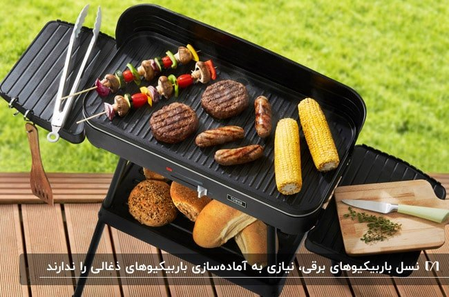 باربیکیو مشکی برقی روی کفپوش چوبی در فضای باز با همبرگرهای در حال پخت