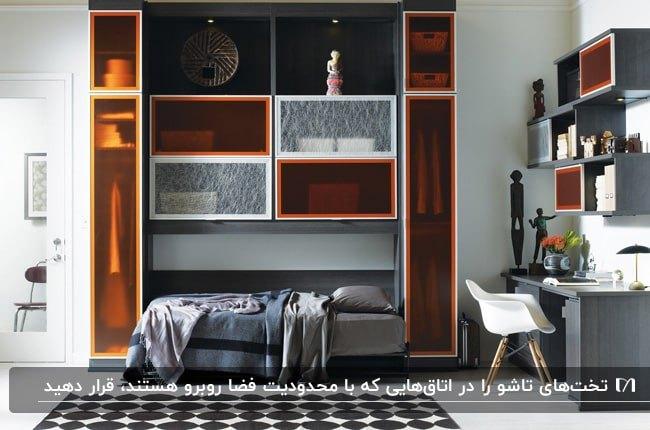 اتاق خوابی با تخت تاشو در کمد دیواری با دربهای نیمه سفاف نارنجی و سفید