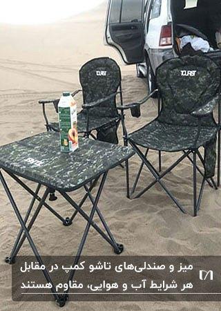 تصویری از یک میز و دو صندلی تاشو از جنس برزنت برای کمپ