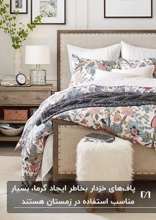 تخت کرم رنگی با پاف خزدار سفید گرد و روتختی گلدار