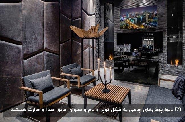 یک نشیمن به سبک صنعتی با دیوارپوش چرمی و مبلمان خاکستری با اسکلت چوبی