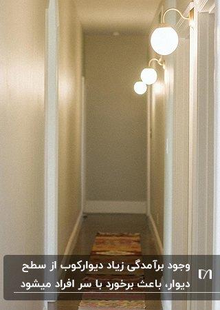 راهروی اتاق خواب های خانه ای با دیوارکوب های حبابی با پایه های برآمده طلایی