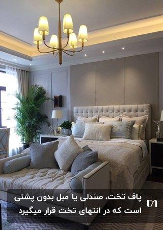 اتاق خواب طوسی و کرم رنگی با تخت و پاف تخت به سبک کلاسیک با کوسن های طوسی و کرم