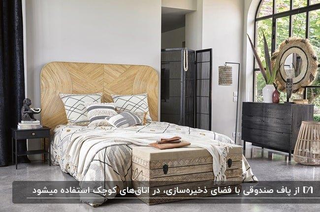 تصویر اتاقی با دیوار شیشه ای، تخت کرم و پاف صندوقی چوبی